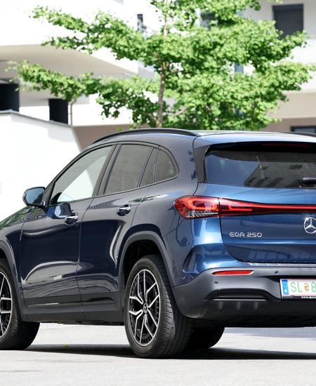 Auch der Mercedes EQA wartet mit einem durchgehenden Lichtband auf.