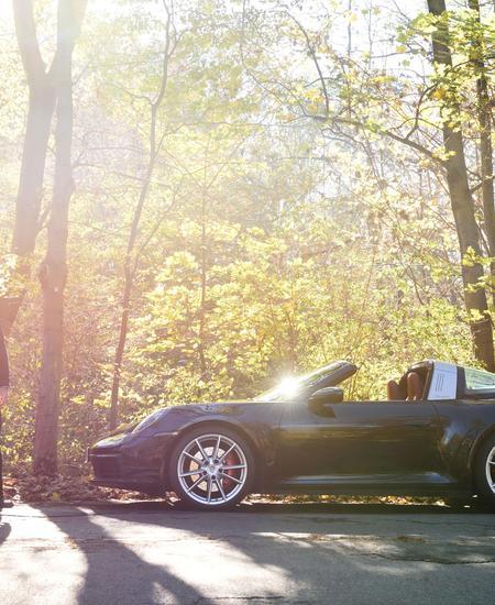 Haube auf, Jacke an: Den Porsche 911 Targa muss man auch im Spätherbst mit offenem Dach fahren.