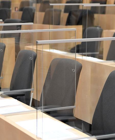 Leere Sitzreihen im Nationalrat