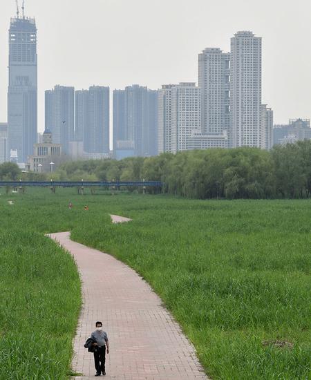 Der chinesische Schriftsteller Han Dong war sechzig Tage lang in einem Hotelzimmer in Hubei isoliert.