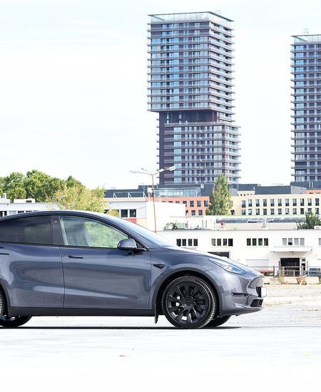 Teslas Model Y ist fast 20 Zentimeter höher, sechs Zentimeter länger und breiter als das Model 3 und bietet mit 2158 Litern reichlich Platz in den Kofferräumen vorn und hinten