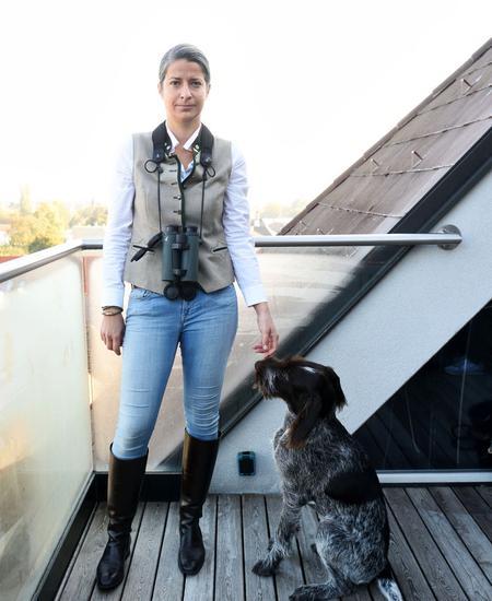 Theresa Zwettler (mit Hund Frieda) betreibt eine Jagdschule in Niederösterreich und leitet die Jagdschule des Wiener Landesjagdverbands.