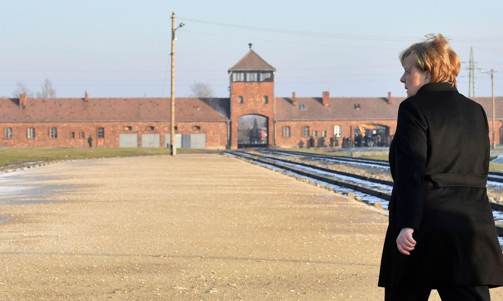 """""""Ich empfinde tiefe Scham"""": Die deutsche Kanzlerin Angela Merkel im ehemaligen Vernichtungslager Auschwitz-Birkenau."""