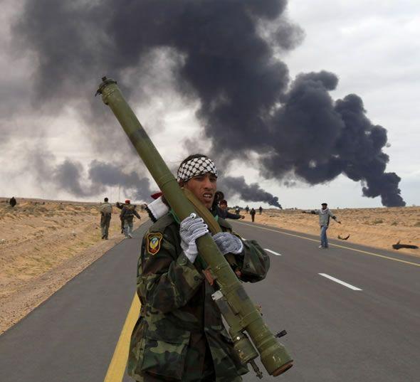 Libyscher Rebell mit SA-7 aus Regierungsarsenalen während des Bürgerkriegs 2011