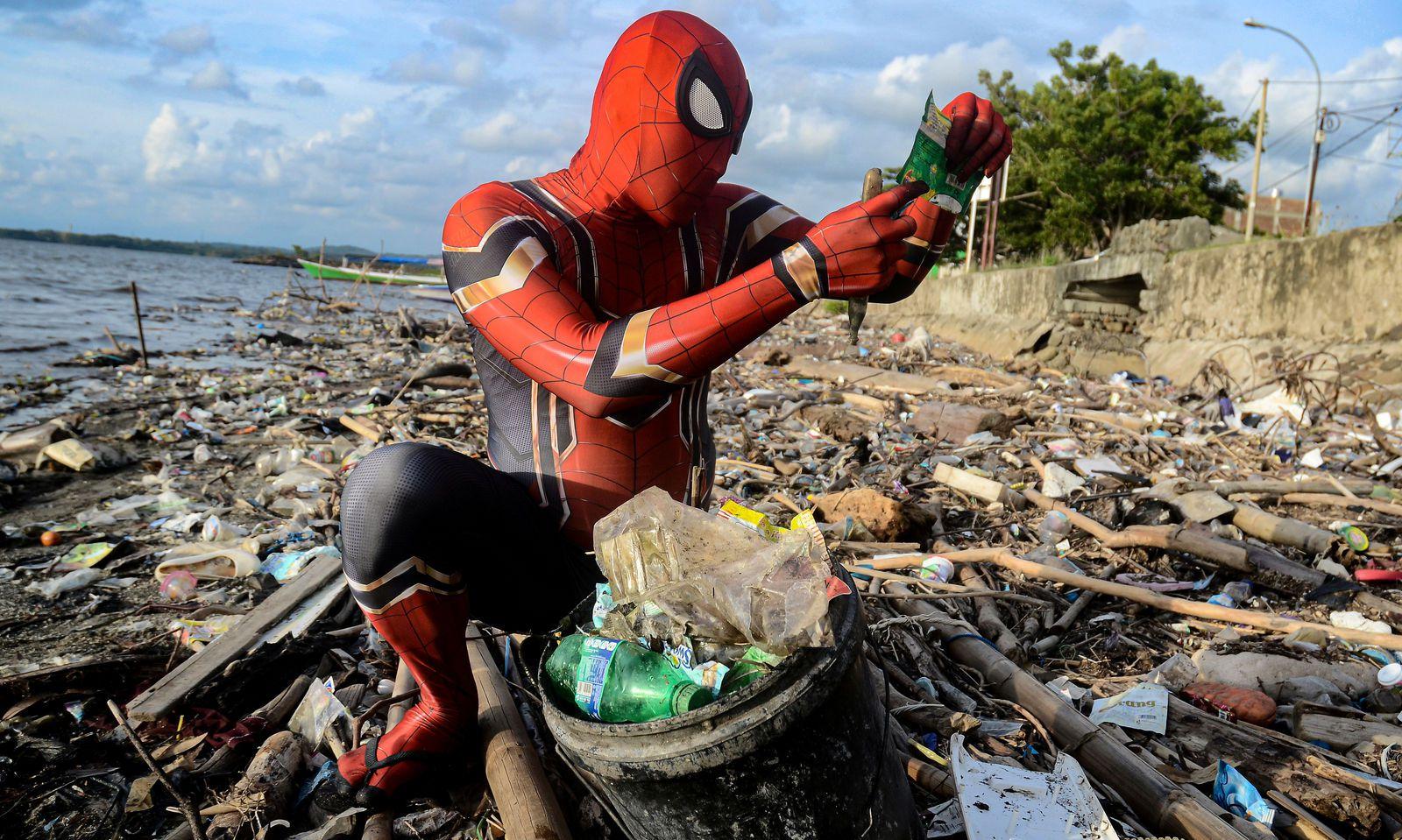 Müll hat Rudi Hartono am Strand von Parepare schon öfter gesammelt. Notiz genommen wurde davon allerdings erst jetzt - weil er ein Spiderman-Kostüm trägt.