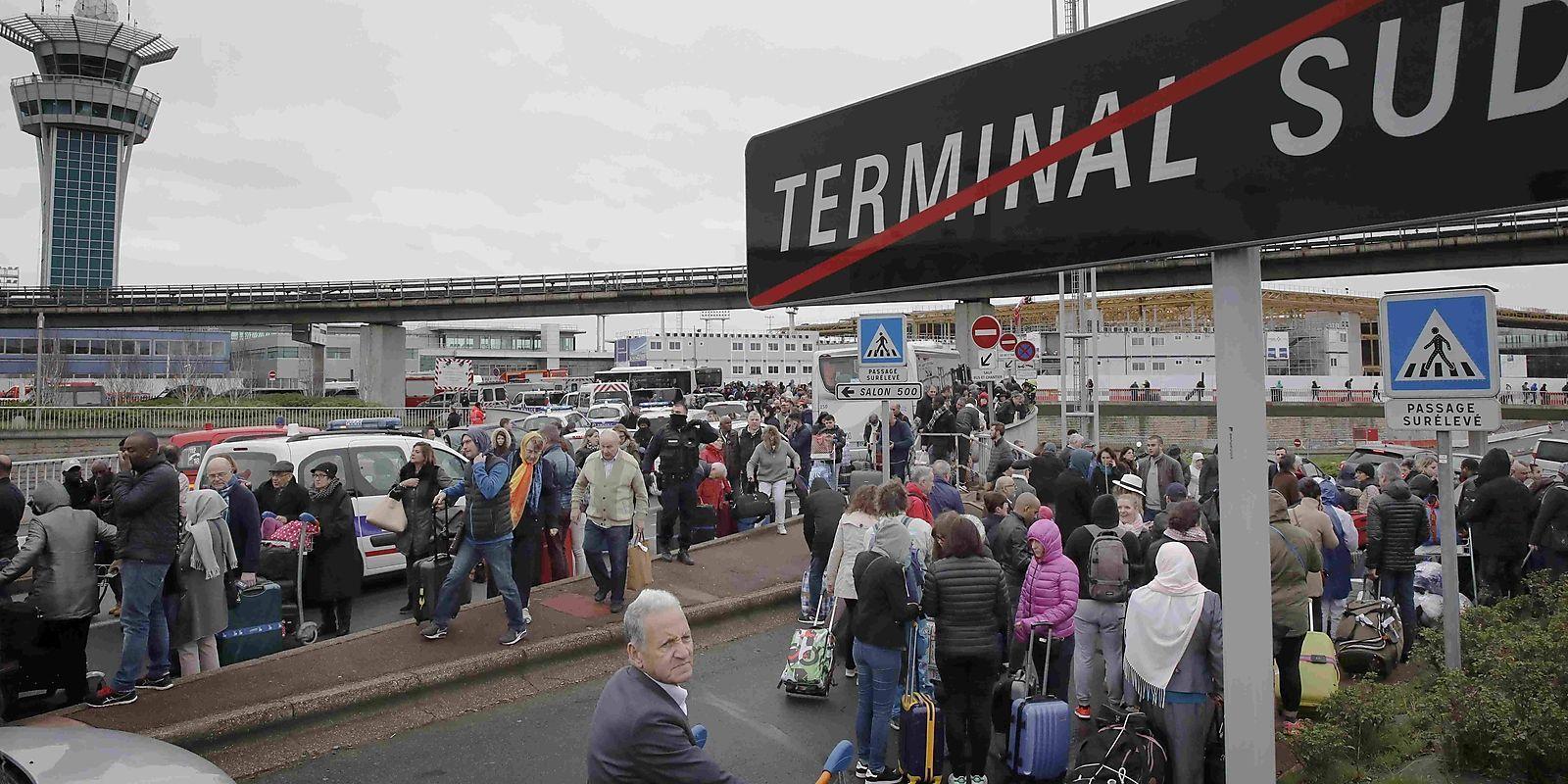 Passagiere vor dem Flughafen Orly