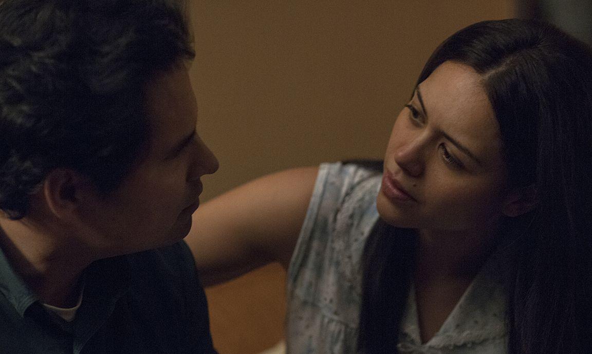 Kiki Camarena mit Ehefrau Mika (Alyssa Diaz)