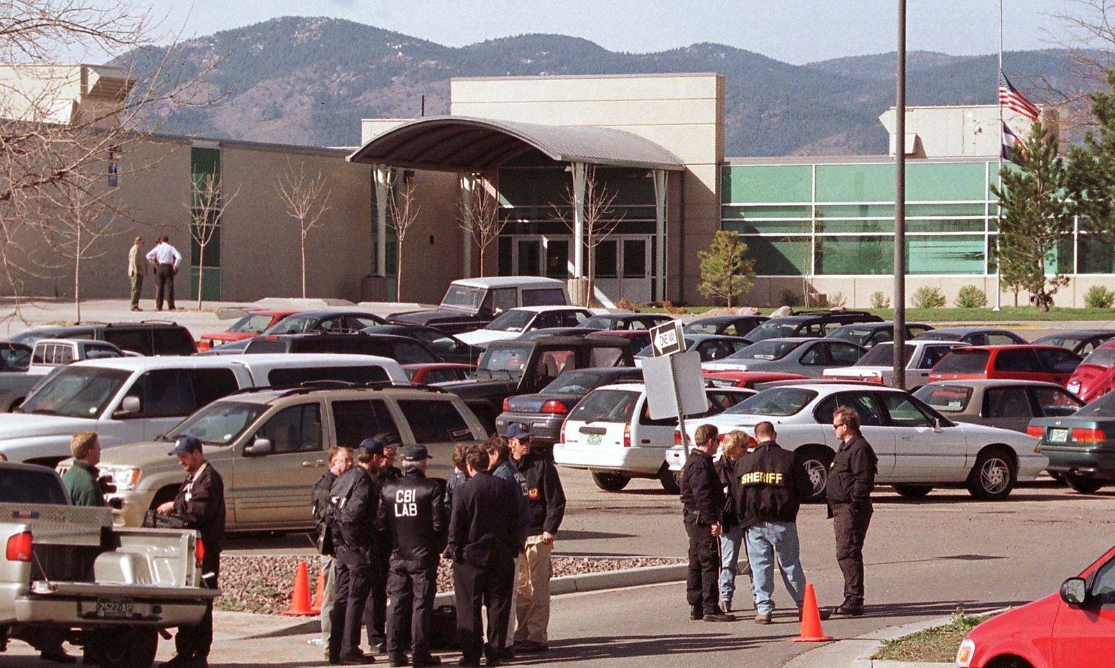 Die Frage nach dem Warum konnten auch die Ermittler nicht beantworten. Im Bild Polizei vor der Columbine High School im April 1999