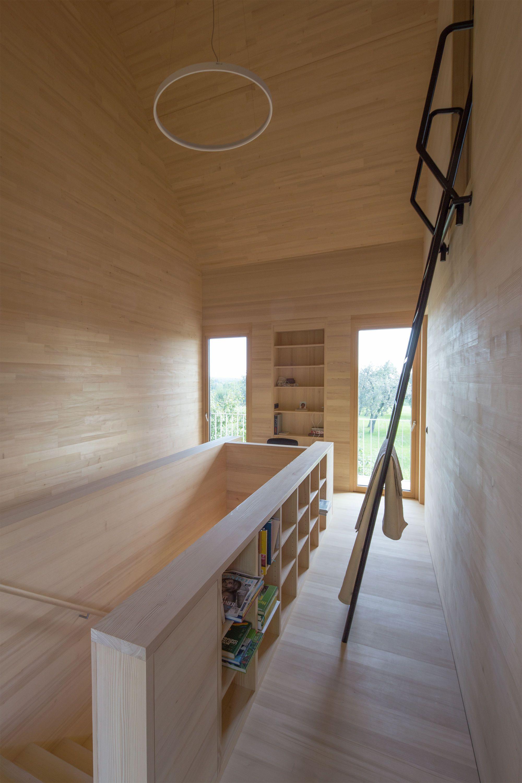 In den Yogaraum und zur Entspannung mit Blick in die Natur führt diese Leiter