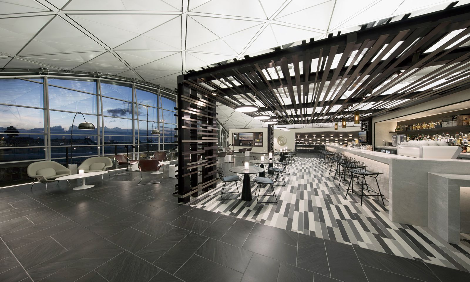 "Die American Express Centurion Lounge in Hongkong besticht mit ""Hangarfeeling""."
