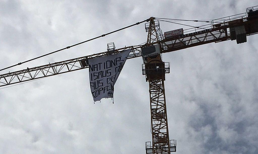 """Transparent mit der Aufschrift """"Nationalismus raus aus den Köpfen"""""""