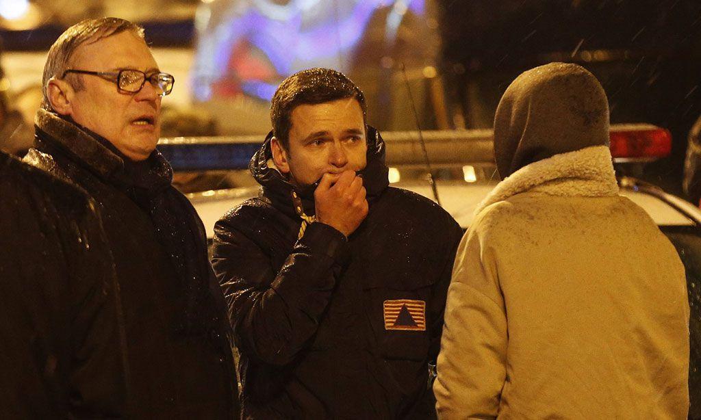 Der liberale Politiker Ilja Walerjewitsch Jaschin (Mitte) kam noch in der Nacht zum Tatort