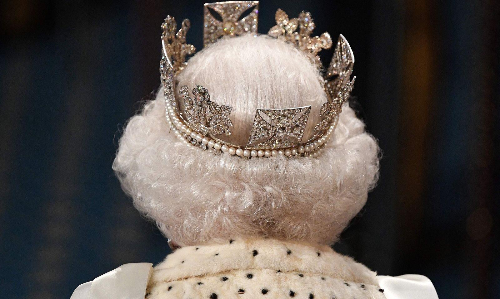 Queen ohne Krone: Von einem Traditionsbruch schreibt der britische Boulevard. Vielleicht war sie einfach zu schwer: Queen Elizabeth II. trug bei der Parlamentseröffnung ein Diadem, das 1820 für George IV. gefertigt worden war - und nicht die üppig geschmückte Königskrone. Die ''Imperial Crown'' wurde auf einem Tischchen platziert. Sie wiegt ein Kilogramm.