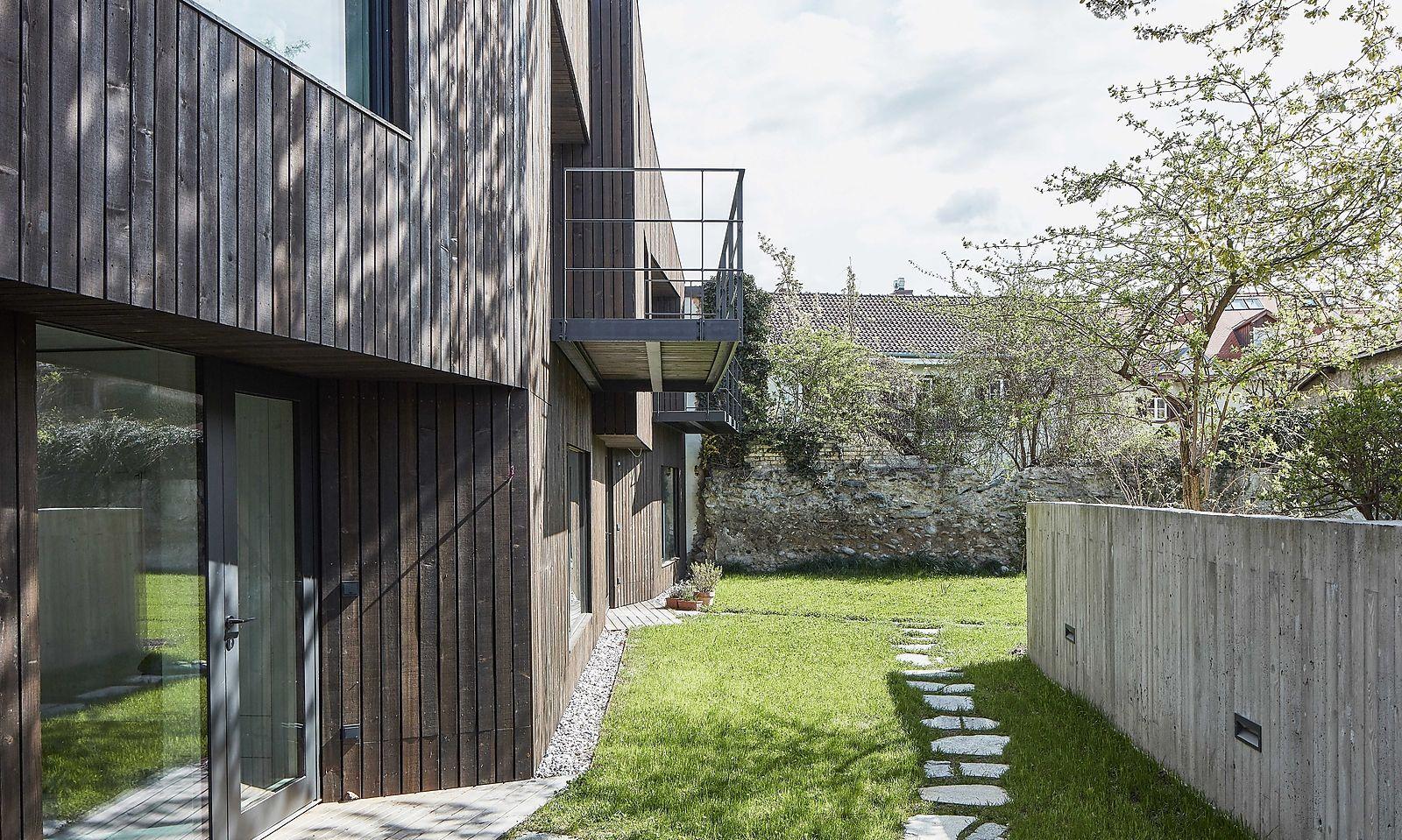 Blick auf die Eingangstüren und in den Garten.