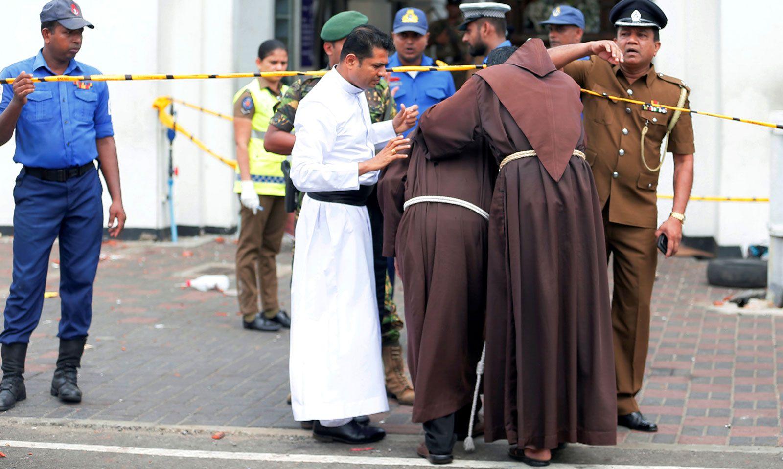 Priester am Weg zum Schrein des Heiligen Antonius