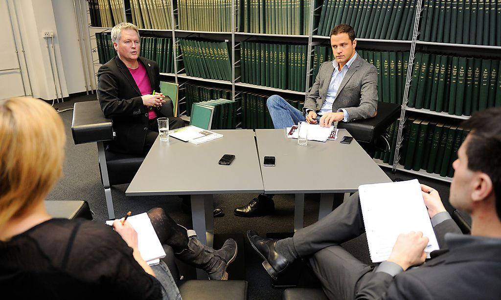 """David Ellensohn (Grüne, hinten links) und Johann Gudenus (FPÖ, hinten rechts) im Gespräch mit den """"Presse""""-Redakteueren Christine Imlinger und Georg Renner"""