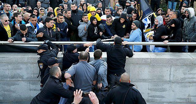 Unterstützter von Asaria demonstrieren vor dem Gericht in Tel Aviv.