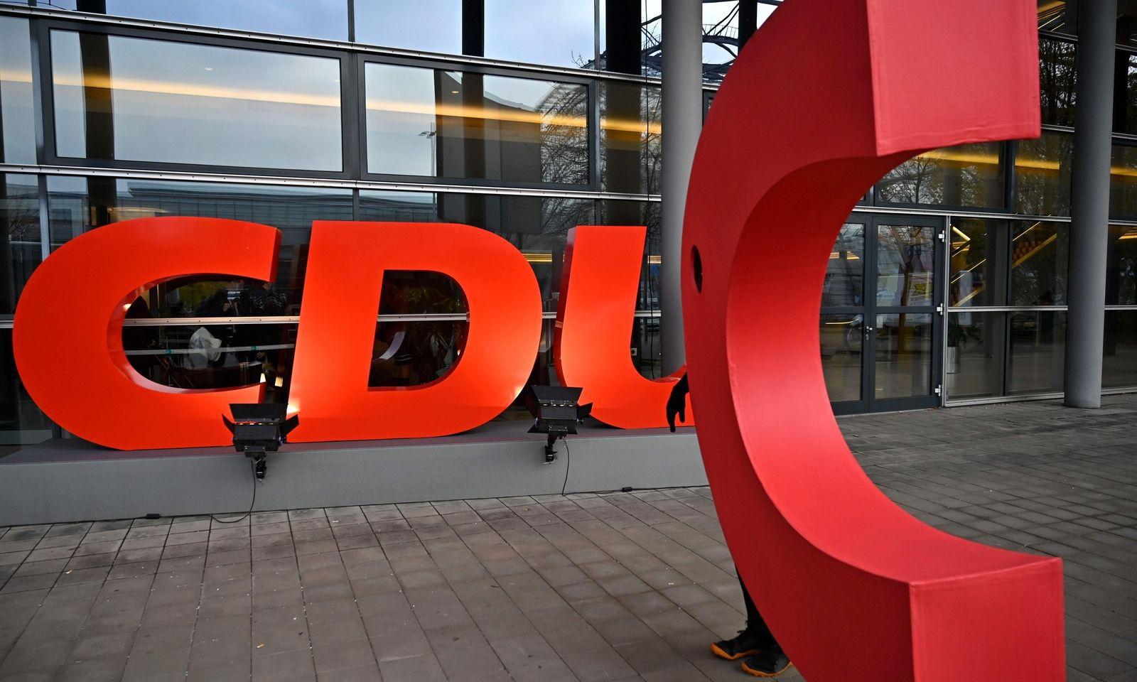 Das gestohlene ''C'' ist wieder aufgetaucht. Am Donnerstag hatten Umweltaktivisten den Buchstaben aus dem Logo der deutschen Partei entfernt und mit einem Spruchbanner ergänzt, sodass dort stand: ''DU sollst das Klima schützen''.