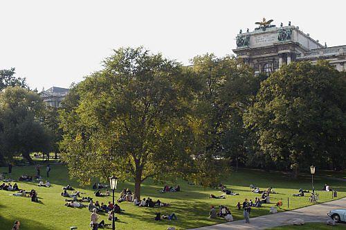 Der Burggarten: Seit 2007 mit Liegewiese