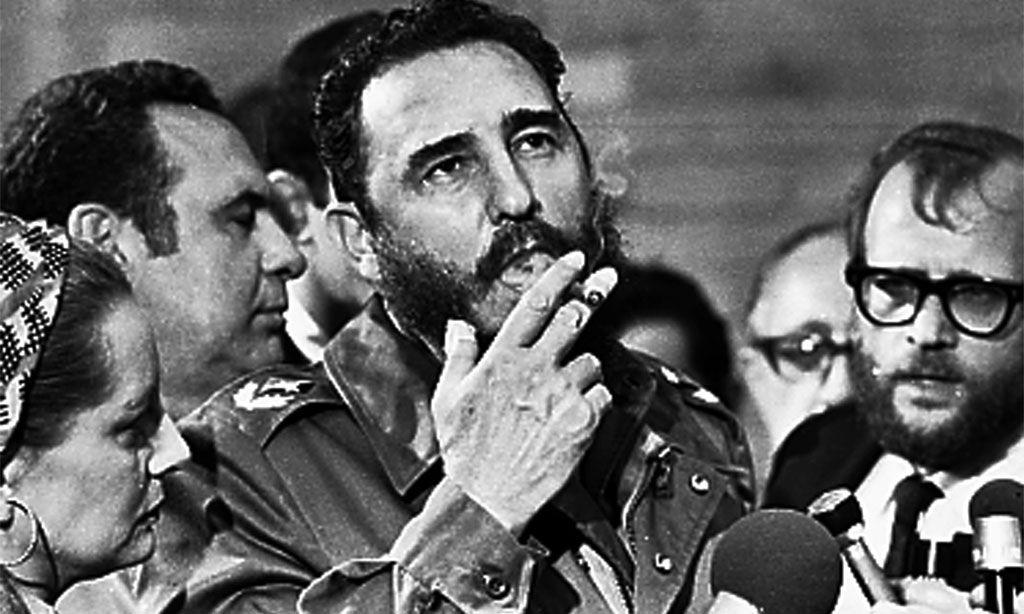 Castro 1975, umringt von Journalisten.