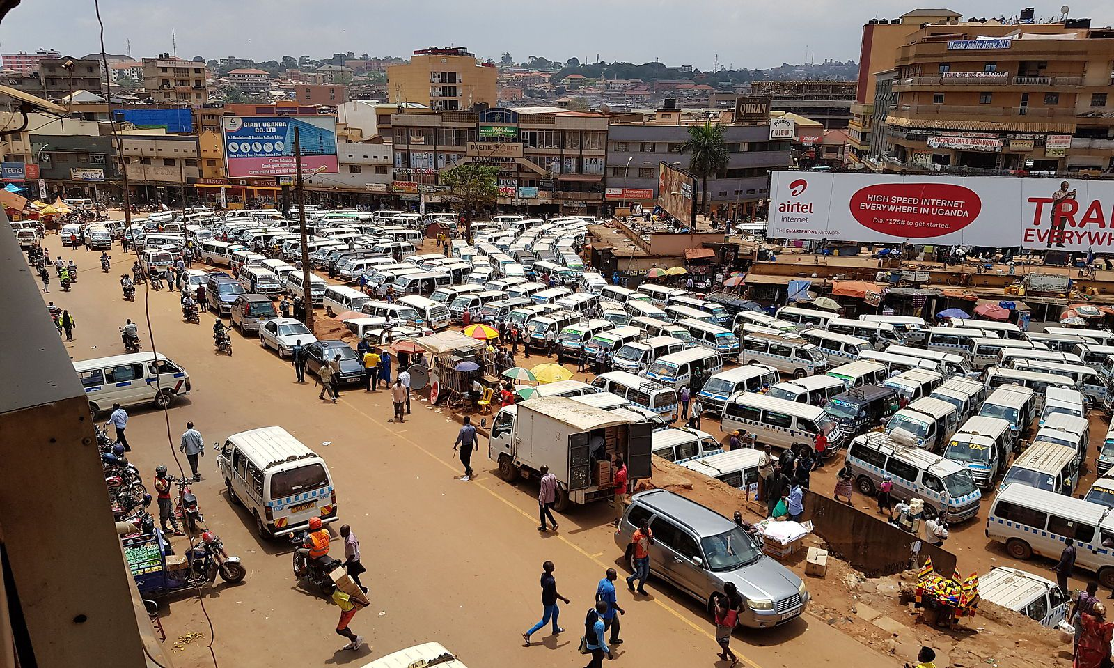 Organisiertes Chaos: Der Old Taxi Park in Kampala.