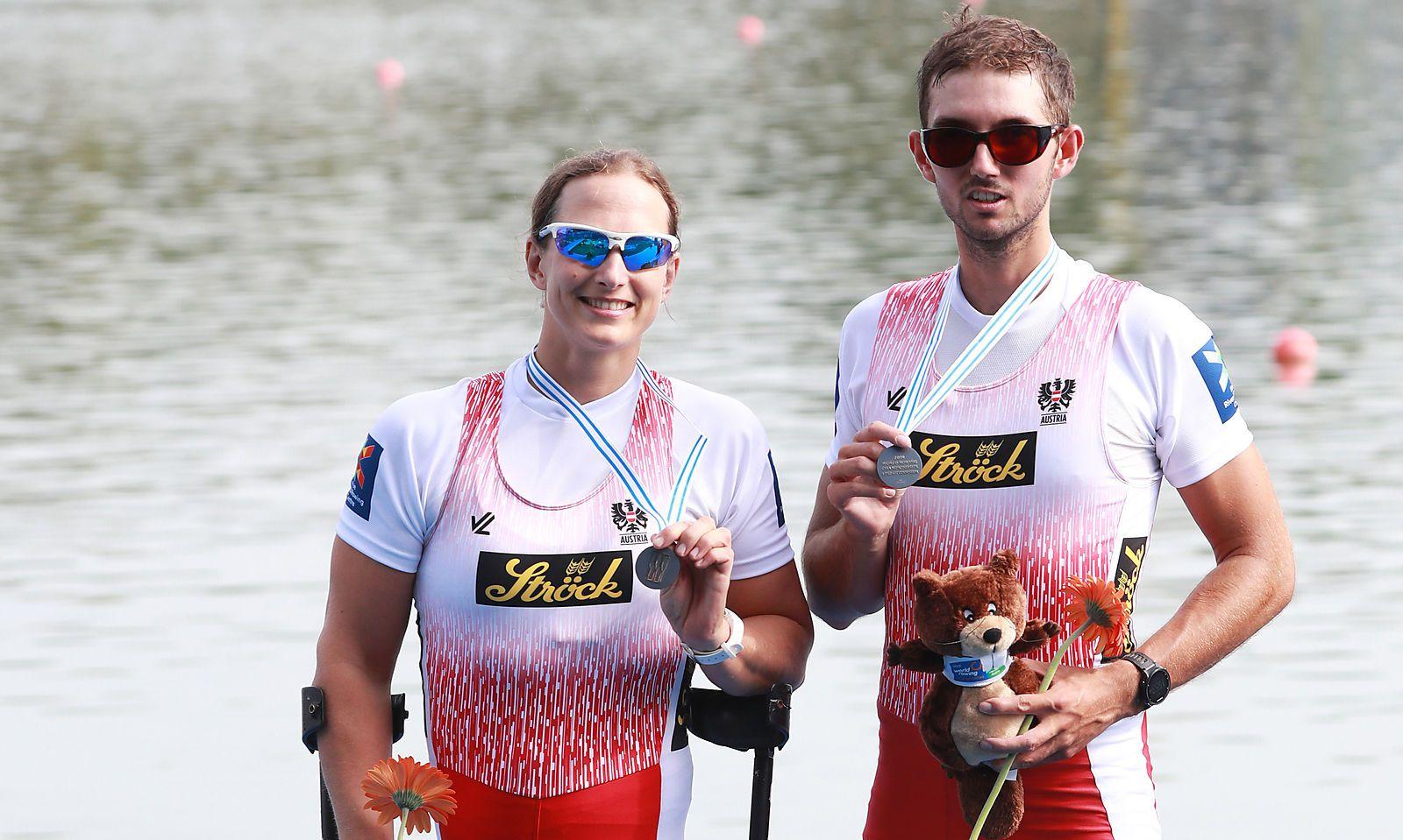 Johanna Beyer und David Erkinger mit ihren Medaillen