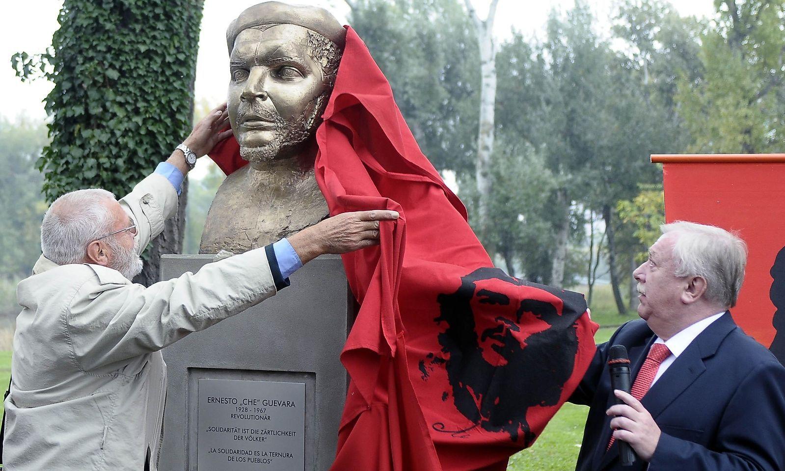 Enthüllung der Che-Guevara-Büste durch Bürgermeister Michael Häupl (r.) und Alfred Kohlbacher (Initiative für das Denkmal) am 9. Oktober 2008