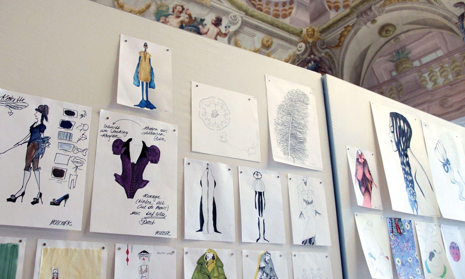 Ausstellungsstück. Neben vielen anderen Entwürfen sind auch Lena Hoscheks Skizzen zu sehen.