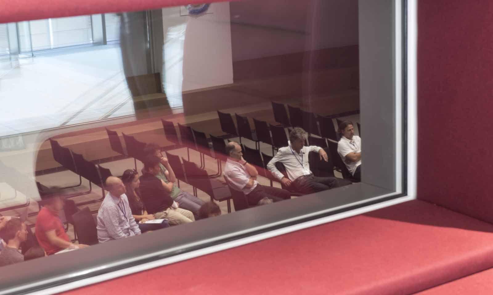 Spionagefenster: Von der roten Höhle aus kann man mittels Kopfhörer drahtlos den Gesprächen im Hörsaal lauschen.