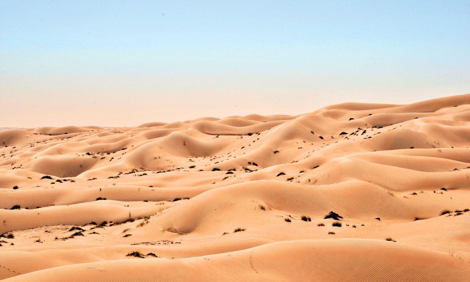 Heiß. Der Großteil des Landes ist Wüste. Die Temperaturen klettern bis auf 50 Grad.