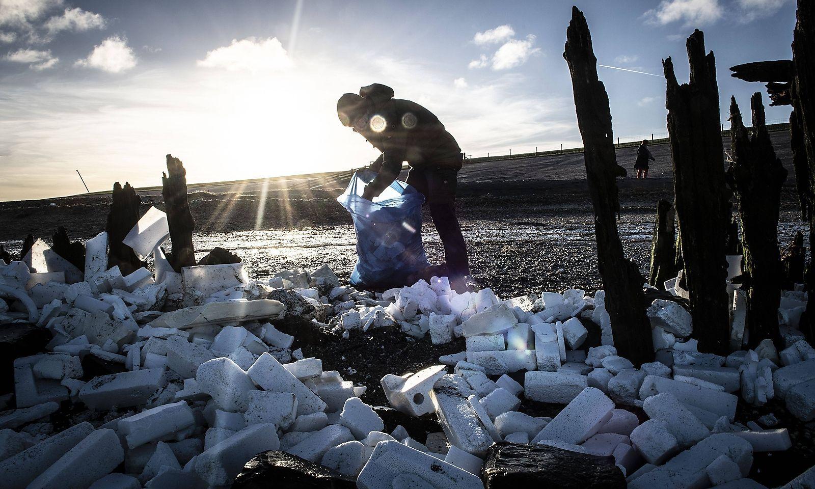 Nicht nur Brauchbares spült es nach der Havarie von Containern der MSC Zoe an die Küsten der westfriesischen Inseln.