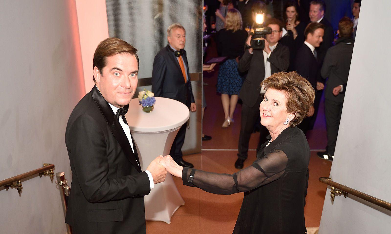 """""""Presse""""-Herausgeber und -Chefredakteur Rainer Nowak mit Preisträgerin Helga Rabl-Stadler"""