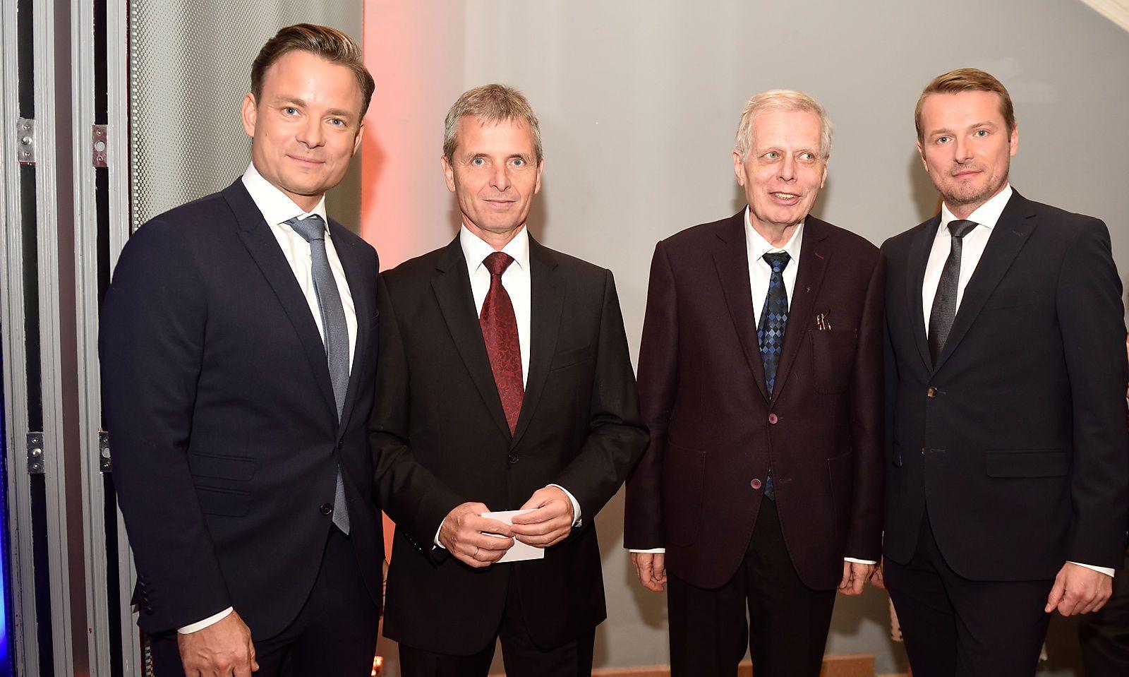 """Die """"Presse""""-Geschäftsführer Rudolf Schwarz (links) und Herwig Langanger (rechts) mit Friedrich Santner (Mitte links), dem Aufsichtsratsvorsitzenden der Styria Media Group, und Stiftungsvorstand Johann Trummer (Mitte rechts)."""