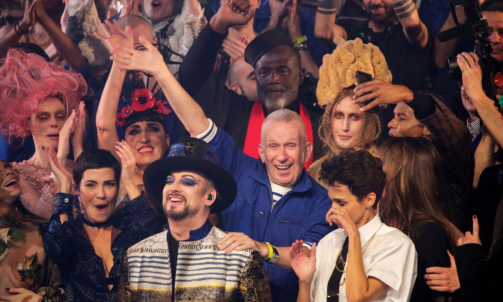 """Gaultier. Nach unglaublichen fünfzig Jahren als Teil der Pariser Modewelt sagte der Couturier zum Abschied leise """"Adieu!""""."""