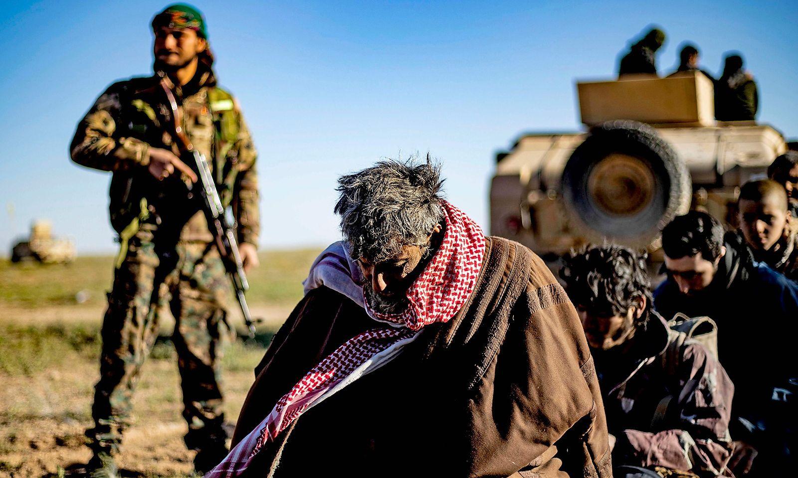 Kurdische Soldaten durchsuchen IS-Anhänger