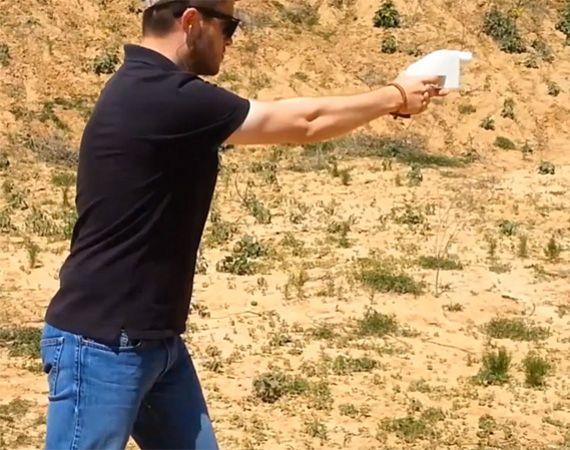 Cody Wilson mit seiner Waffe