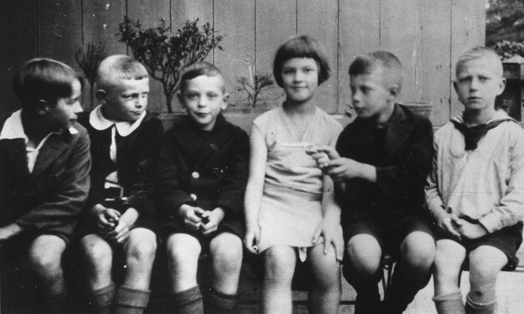 Helmut Schmidt im Kindergarten mit seiner späteren Ehefrau Loki