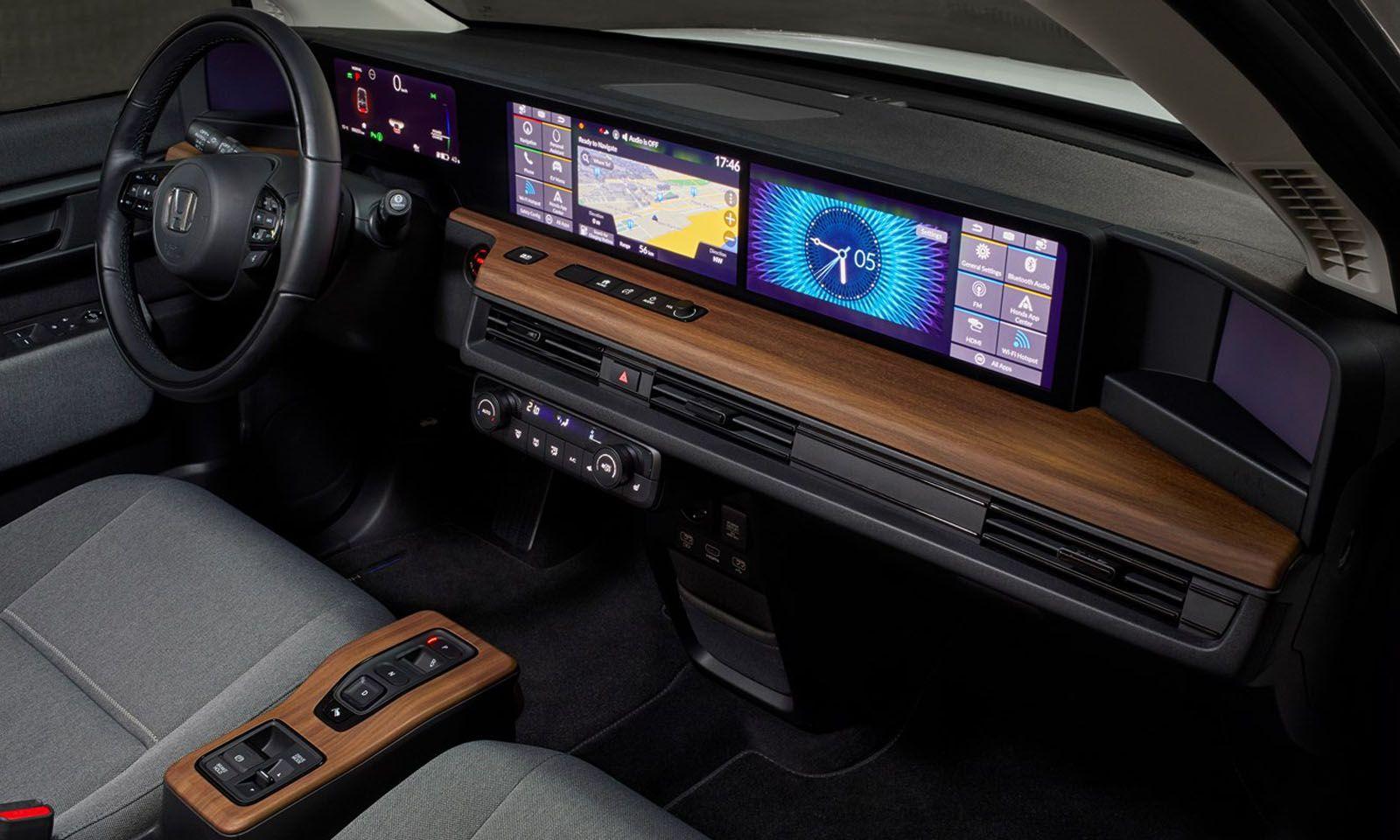 Eine Attraktion sind das Cockpit und Screens statt Außenspiegeln.