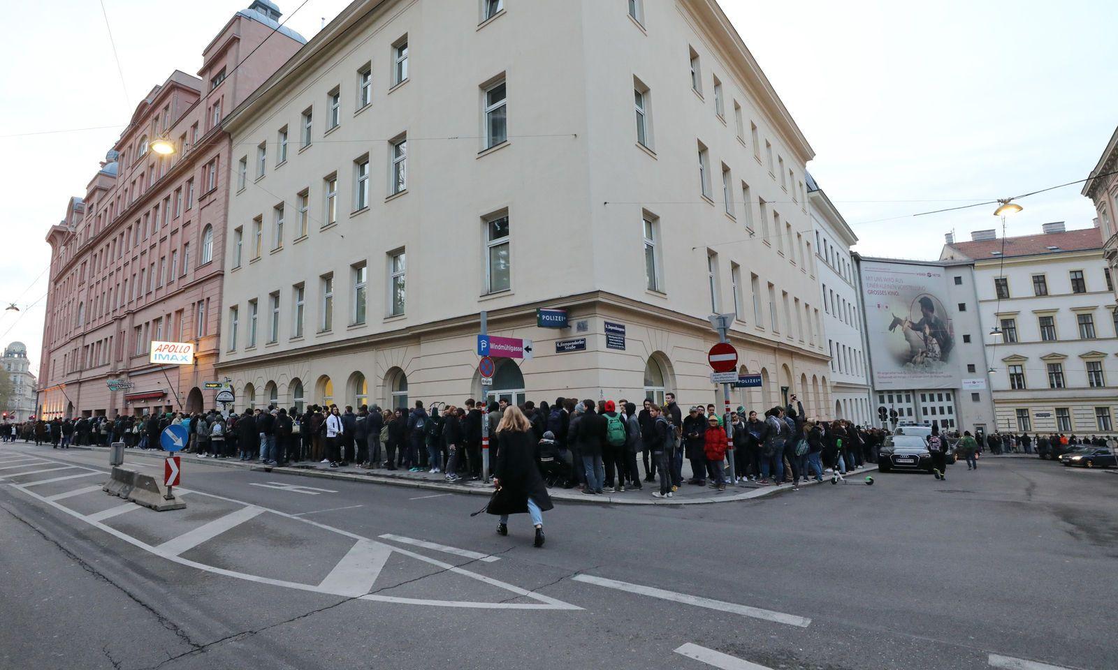 Die Menschen standen bis in die nächste Querstraße.