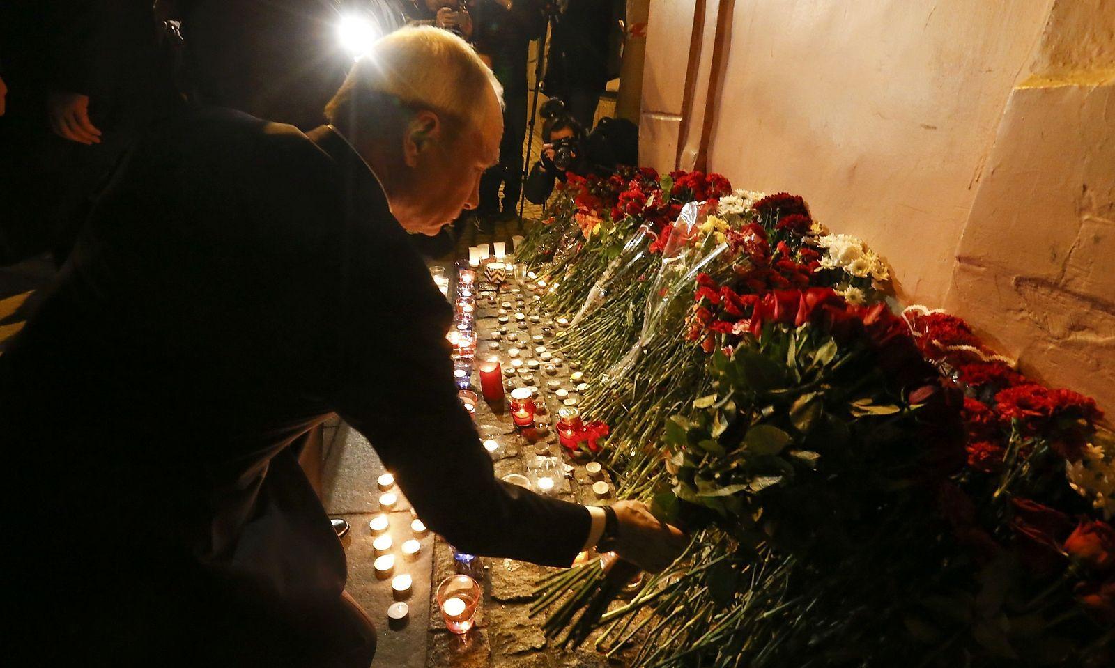 Putin legt für die Opfer Blumen nieder.