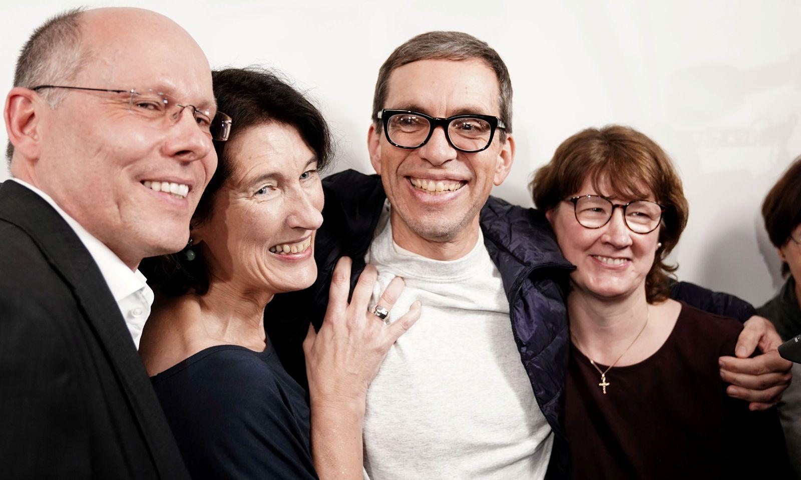 """""""Hach ist das schön"""" - frei nach 33 Jahren: Der Deutsche Jens Söring saß wegen Doppelmordes in den USA in Haft. Er soll 1985 die Eltern seiner Freundin getötet haben. Nach einem Geständnis widerrief er seine Aussage und beteuert bis heute seine Unschuld. Am Dienstag kehrte er nach Deutschland zurück. Er wurde von zahlreichen Unterstützern empfangen."""
