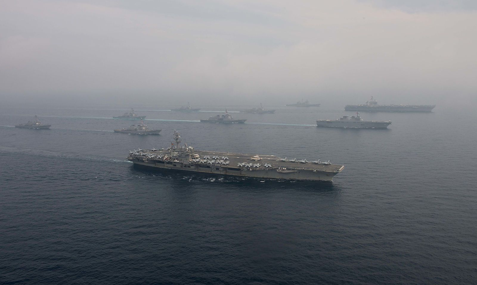 USS Ronald Reagan (vorne) und Carl Vinson mit ihren Begleitschiffen sowie japanischen Einheiten im Meer zwischen Japan und China