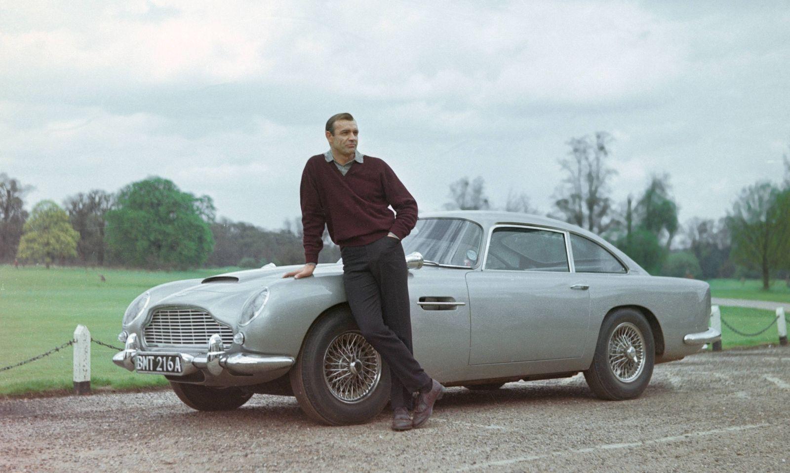 Sean Connery mit dem legendären Fahrzeug.