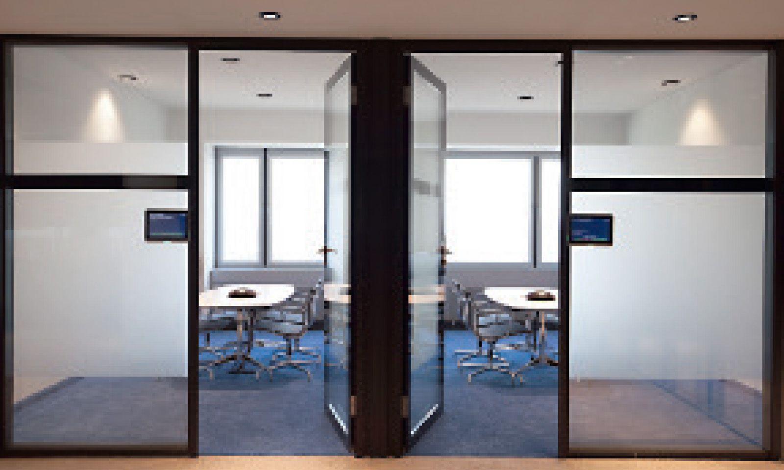 Die Open-Space-Zonen wechseln sich mit anderen Bereichen ab, etwa Meetingbereichen oder Nischen für ruhige Gespräche.