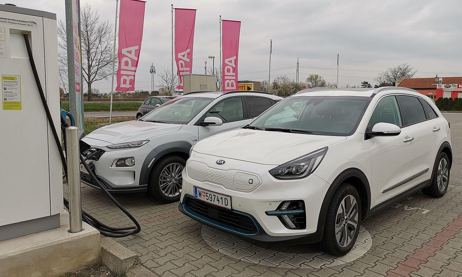 Zufälliges Treffen der Konzernbrüder Hyundai Kona Elektro (hinten) und Kia E-Niro an der Ladesäule. Der Kona ist designverspielter, der Niro dafür um 20 Zentimeter länger.