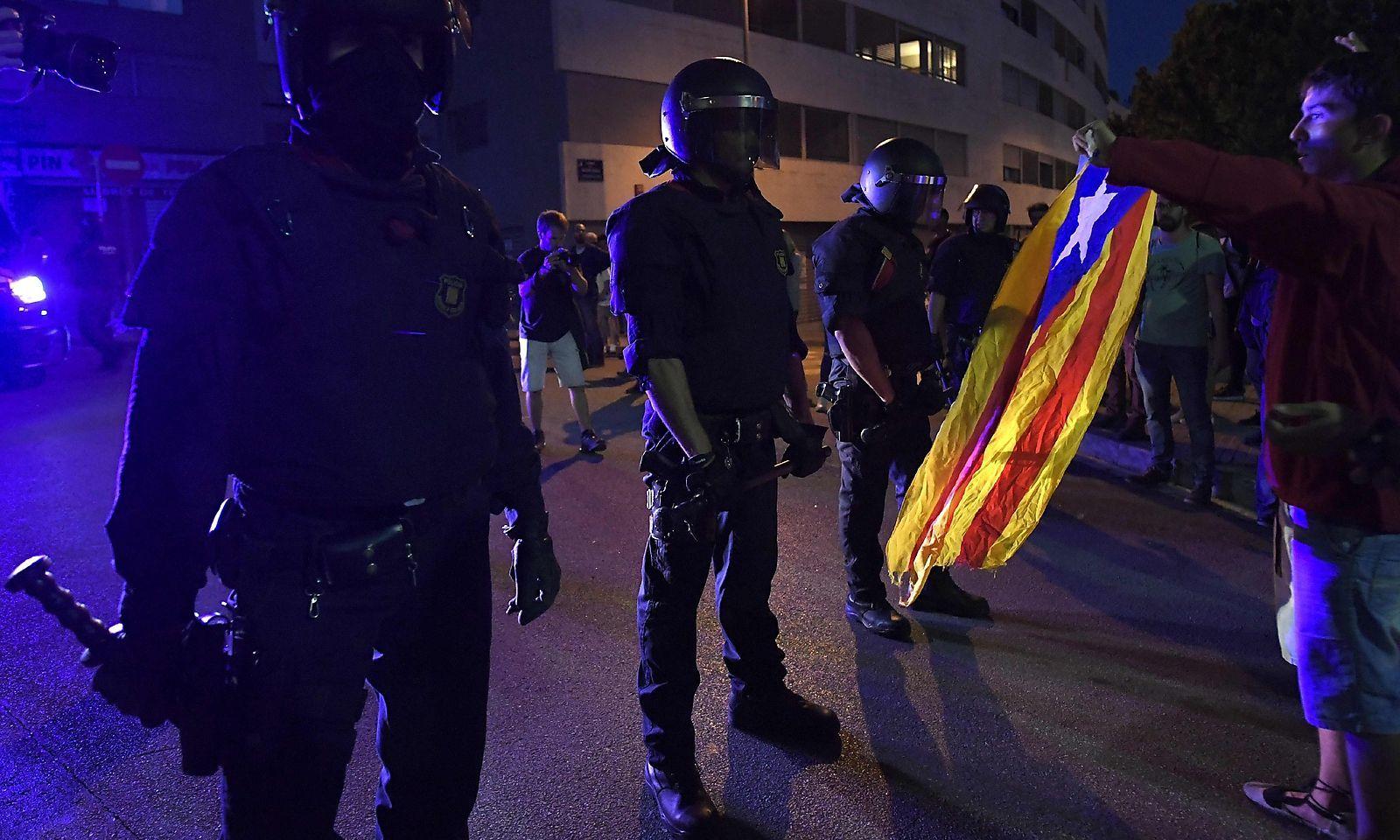 Polizeikette gegen Demonstranten in Barcelona