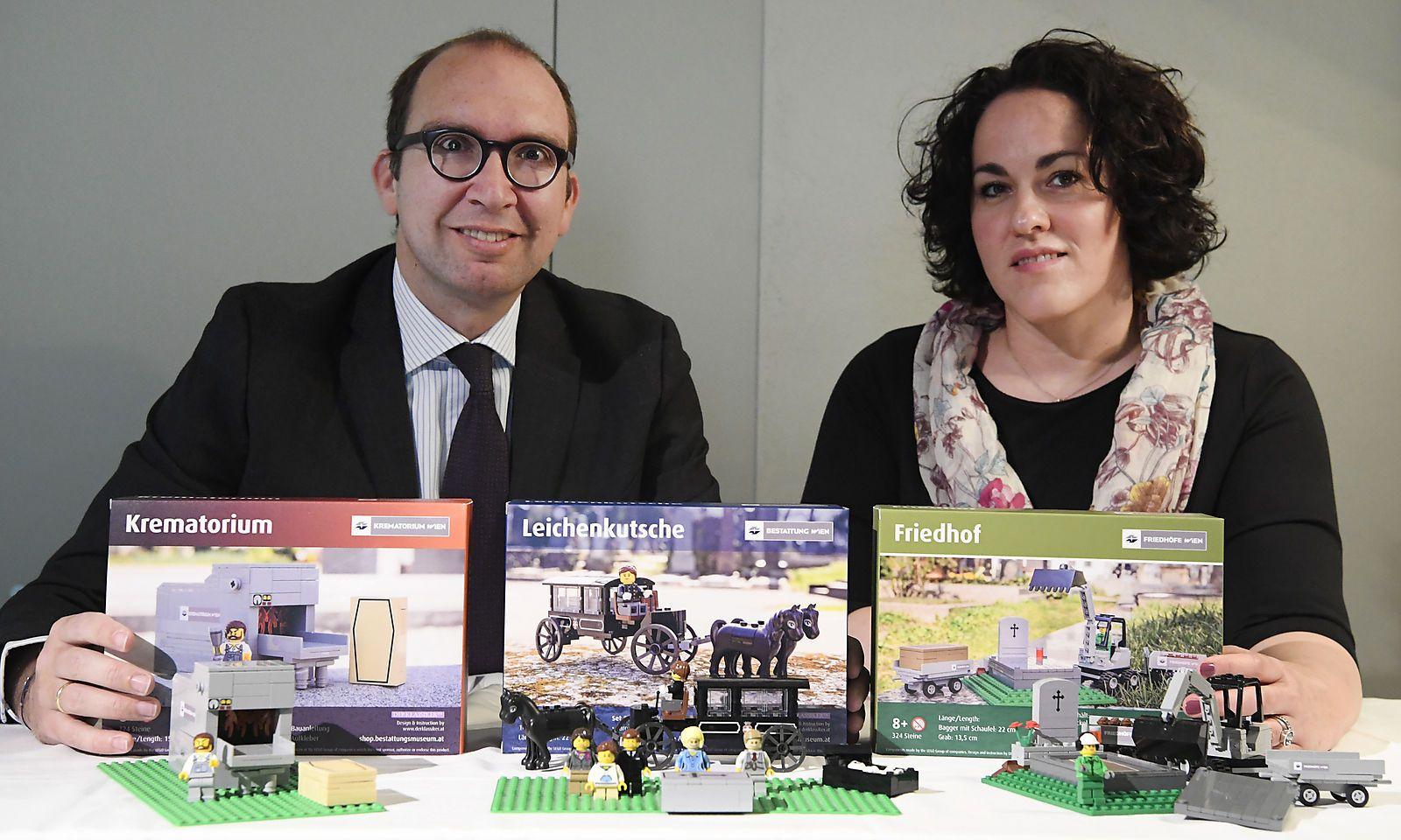 Markus Pinter, Geschäftsführer der Bestattung und Friedhöfe GmbH und Michaela Tomek (Wiener Landesverband für Psychotherapie)