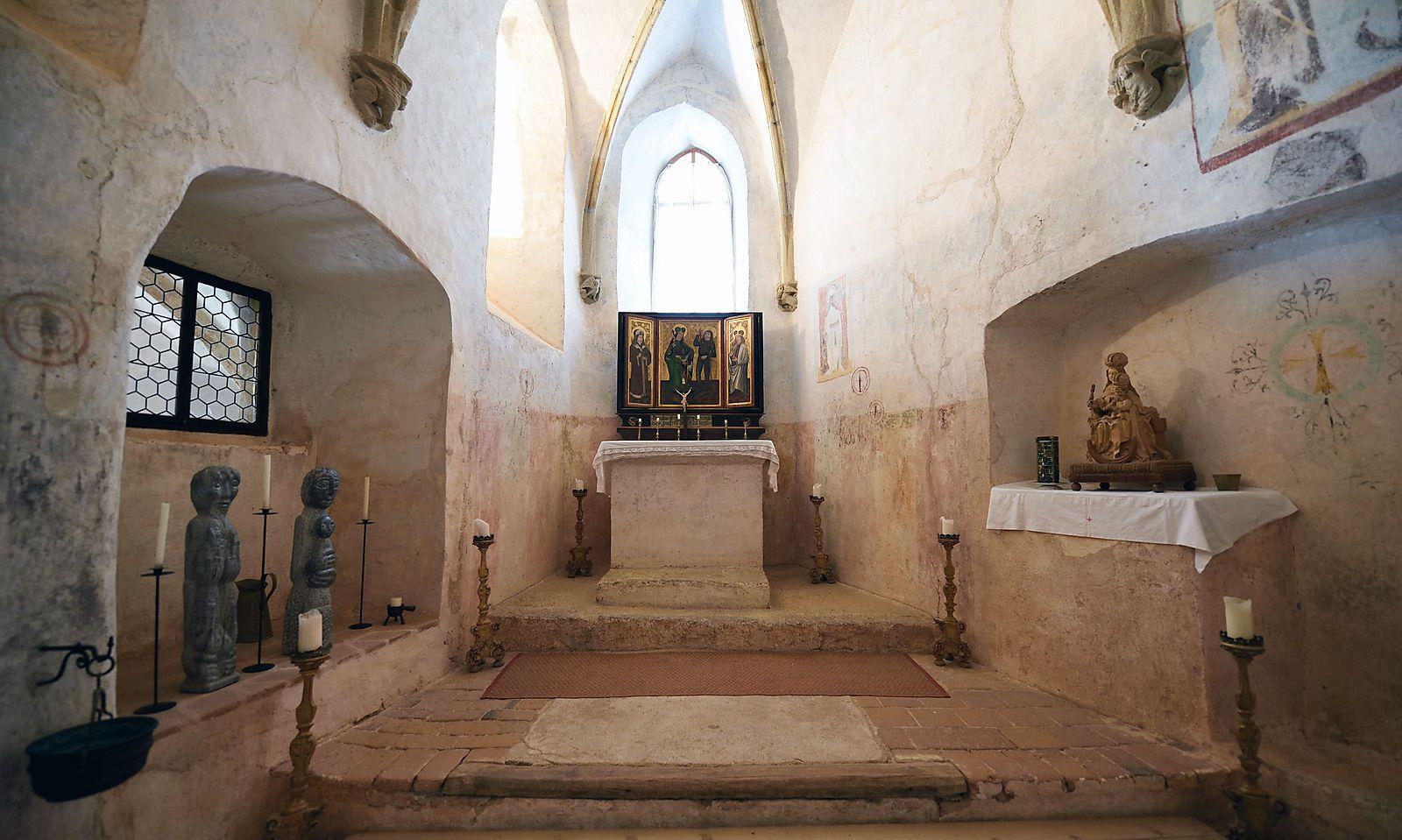 Die Kapelle (ganz r.) liegt im ältesten Teil der Burg, der Flügelaltar stammt aus dem 15. Jahrhundert.