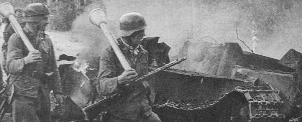Finnische Soldaten mit Panzerfäusten 1944 neben russischem Panzerwrack