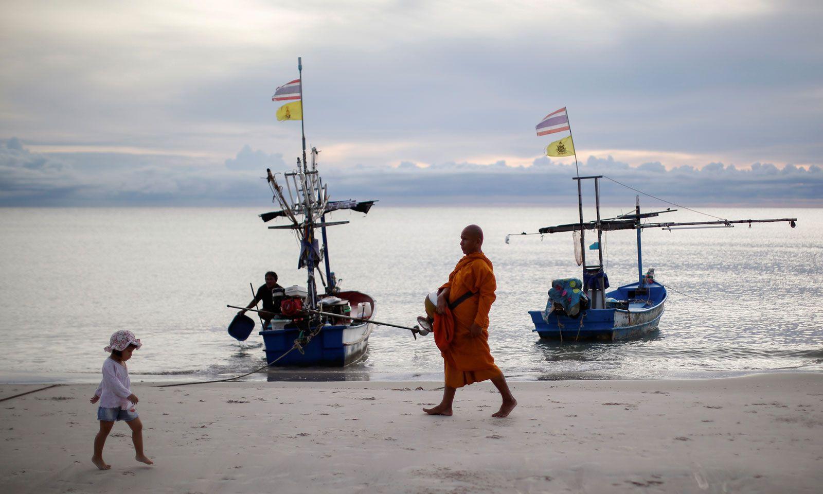 Zwei Welten am Strand von Hua Hin